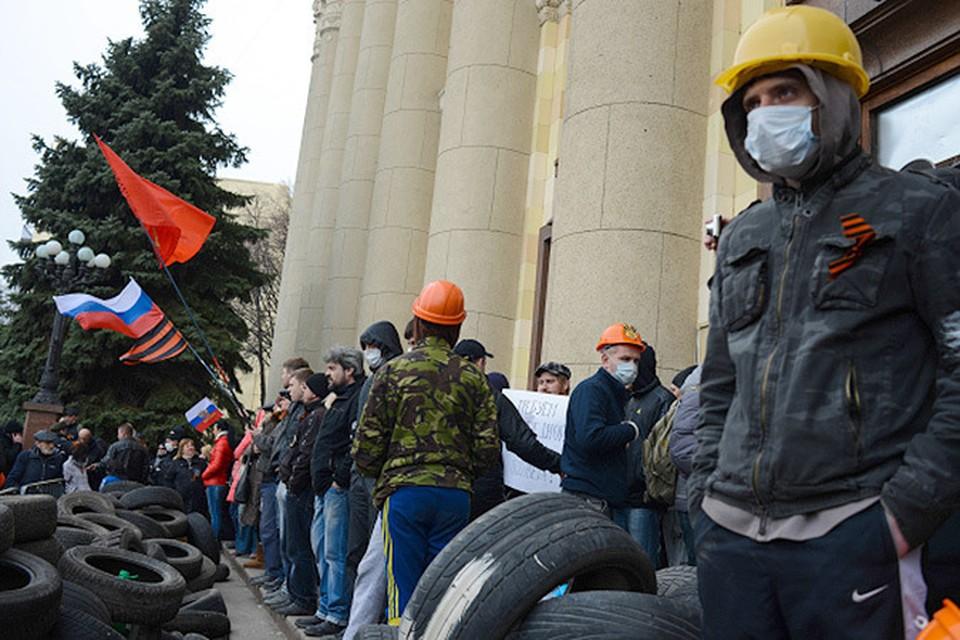 Митингующие у здания областной администрации