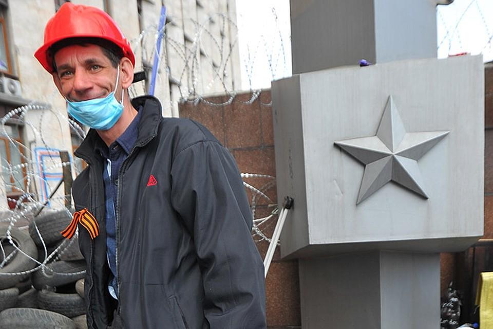 Один из повстанцев у здания Донецкой обладминистрации