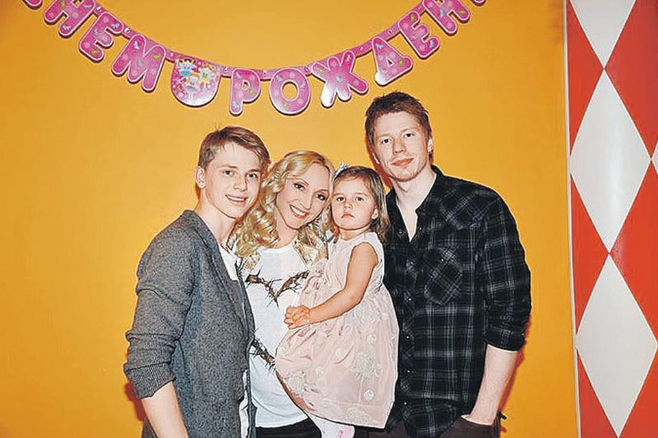 Кристина с сыновьями Никитой, Дени и дочкой Клавой поздравит именинницу одной из первых.