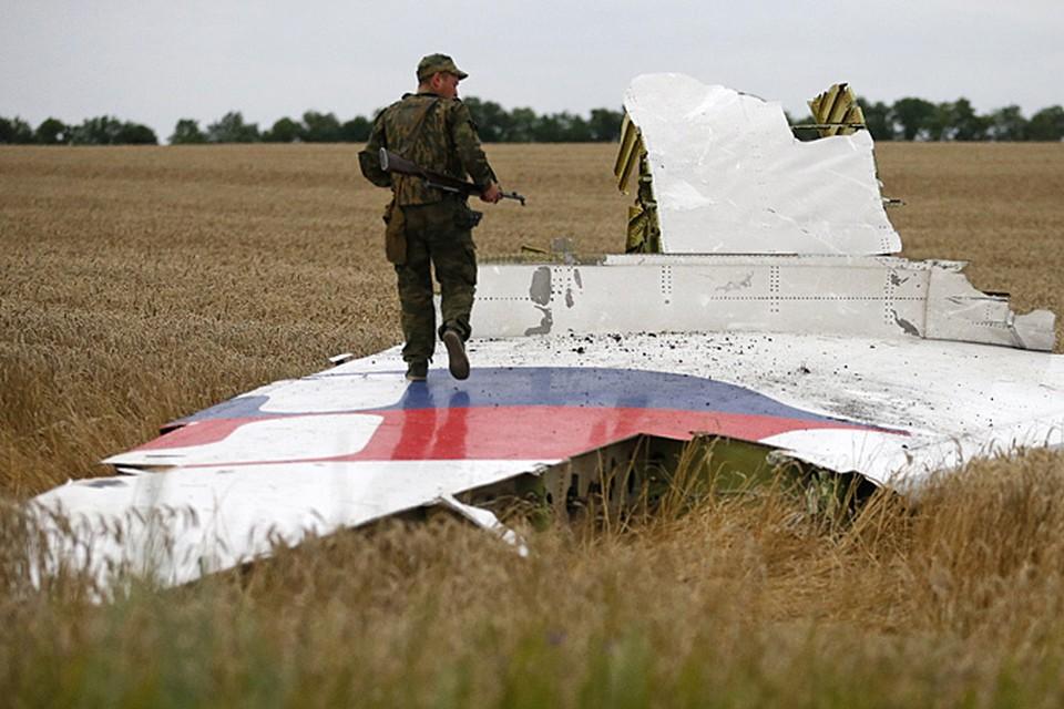 На борту упавшего на территории Украины, в 60 километрах от российской границы, самолета «Малайзийских авиалиний» Boeing-777 находилось, предположительно, 295 человек
