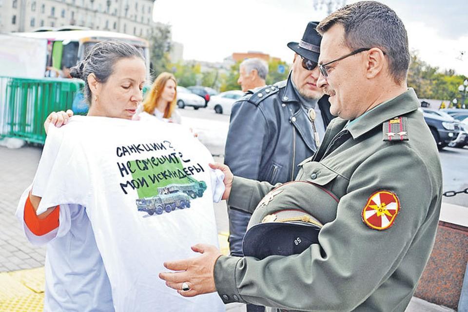 Настоящему подполковнику Внутренних войск в виде исключения разрешили не отдавать взамен футболки форменную рубашку.