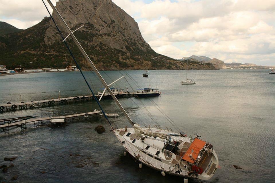 Яхта с белым парусом попала в небольшой шторм темной ночью, обои ... | 640x960