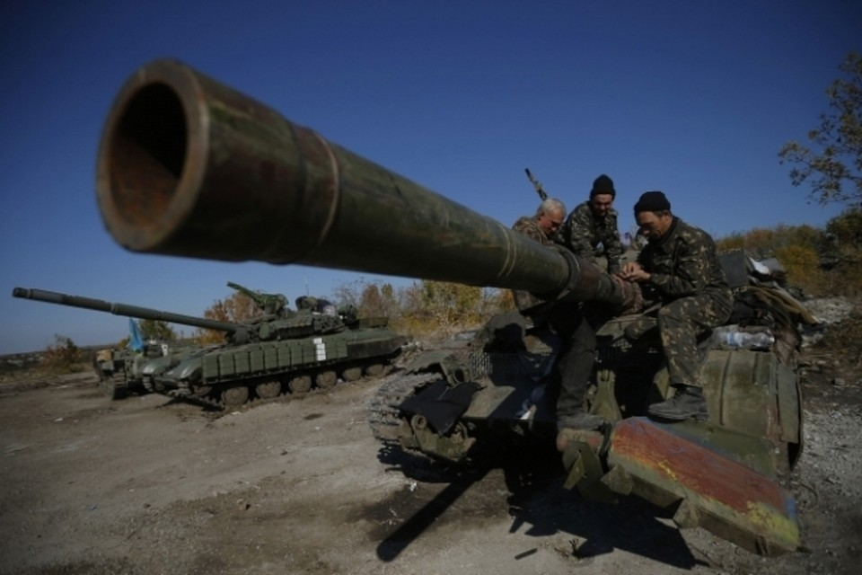 Киевские каратели, несмотря на объявленное месяц назад перемирие, продолжают обстреливать города, гибнут мирные жители