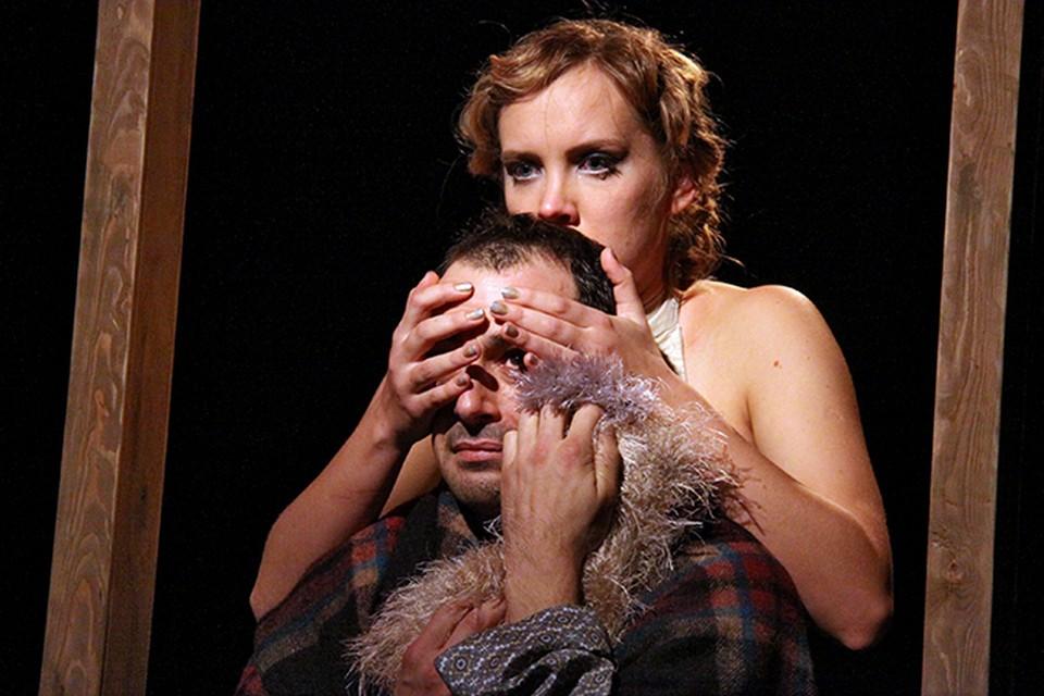 На малой сцене театра имени Волкова режиссер Елена Оленина поставила спектакль  «О странностях любви…» по пьесе Теннесси Уильямса