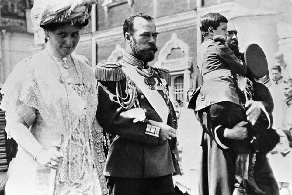 Российский император Николай II (в центре), императрица Александра Федоровна (слева) и цесаревич Алексей (на руках справа) в Кремле. Празднование 300-летия Дома Романовых.