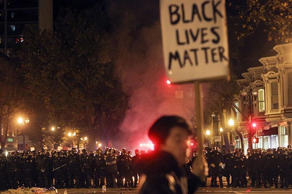 Ситуация критическая — полицейский спецназ, эти «кровавые псы Обамы» пытаются блокировать американский Майдан