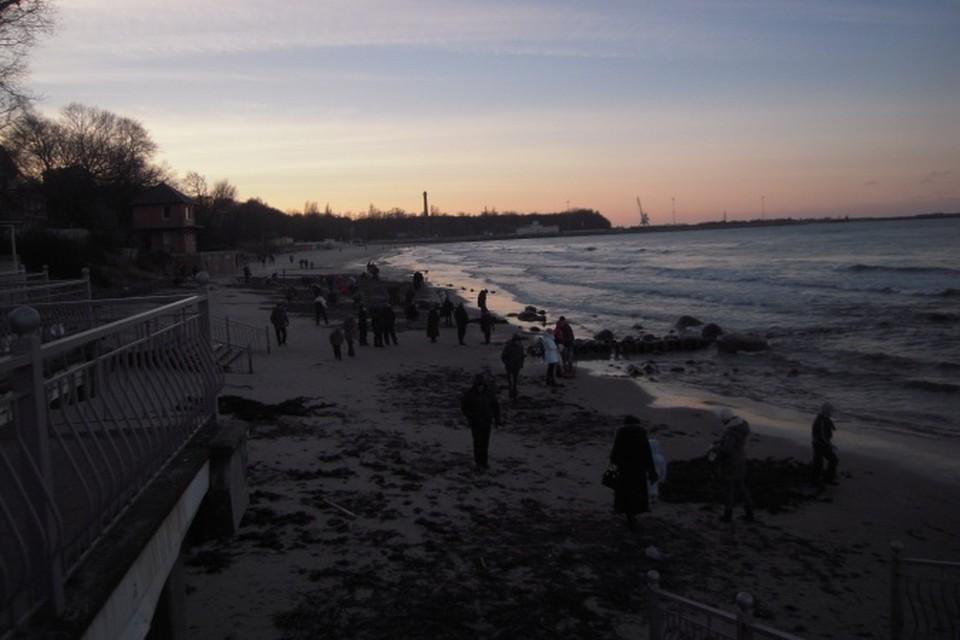 На берег возле Пионерского в поисках янтаря вышли и молодежь, и пенсионеры.