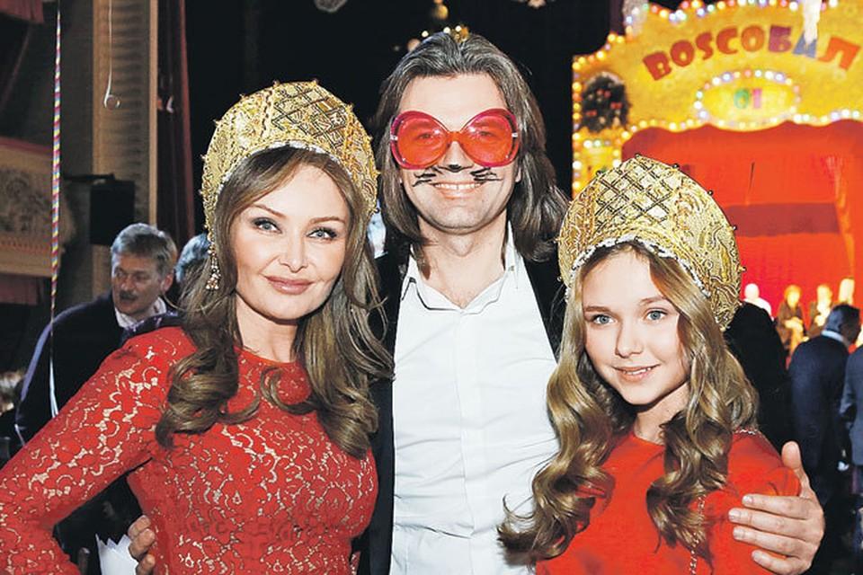 С тех пор как мы узнали Диму Маликова, прошло больше двадцати лет, а он почти не изменился. По-прежнему умеет иронизировать над собой - на снимке он с женой Еленой и дочерью Стефанией на новогоднем балу.