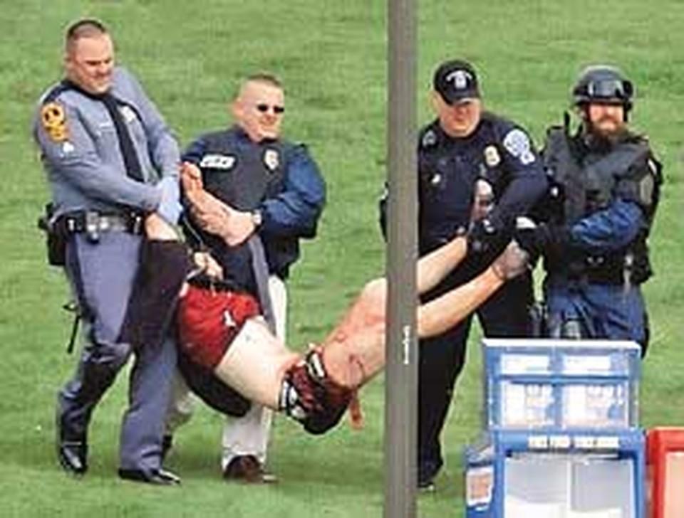 Полиция не успевала оттаскивать раненых.