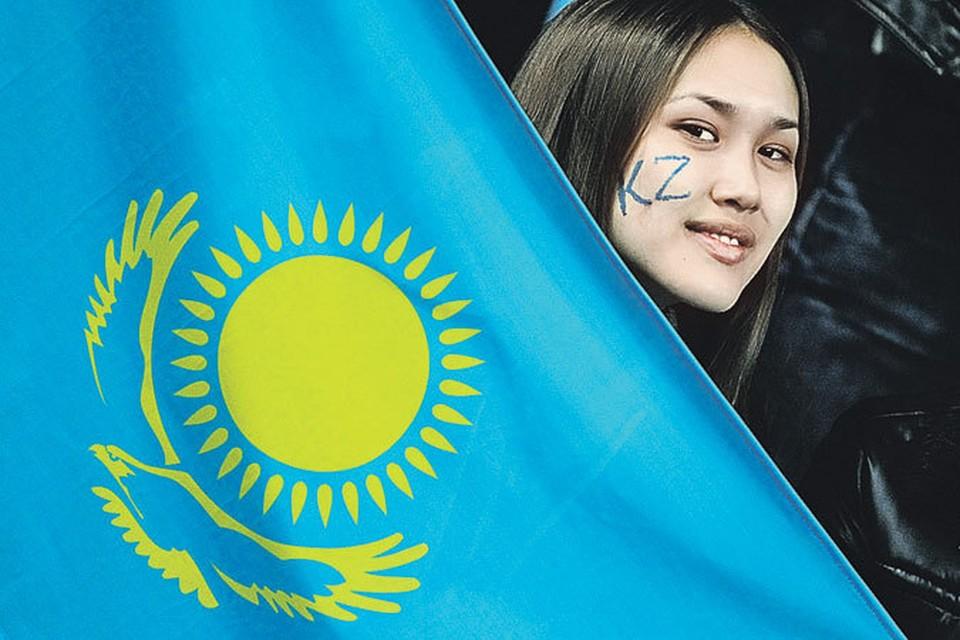 Голубой цвет флага Казахстана символизирует небо, солнце олицетворяет богатство и изобилие, а золотой орел - любовь к свободе.