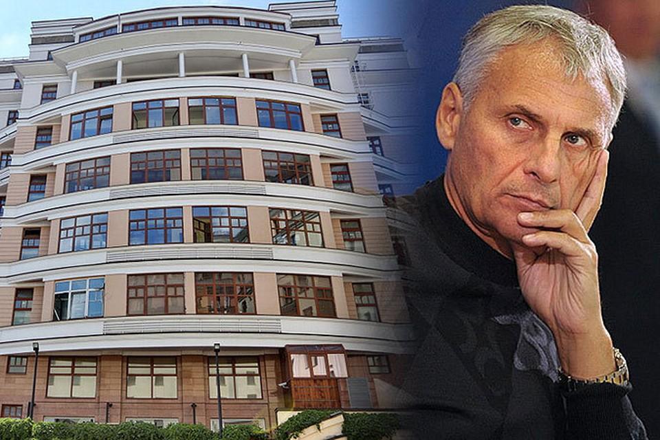 Сам губернатор Сахалина (на фото) по последней декларации никакой недвижимости не имеет, а вот его сын владеет элитной квартирой возле Красной площади