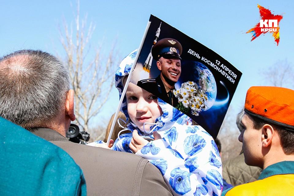 На месте приземления Юрия Гагарина под Саратовом отметили день космонавтики. Горожан поздравил губернатор Валерий Радаев