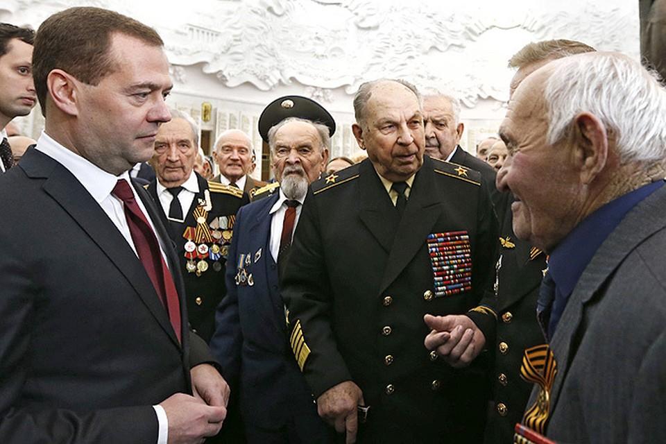 Премьер-министр Медведев пообщался с ветеранами из стран СНГ