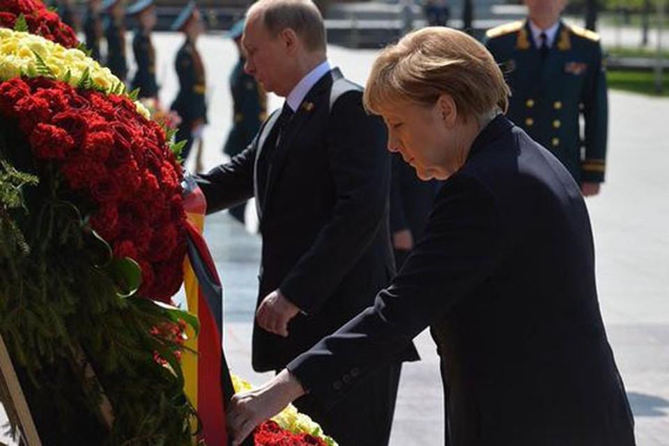 Владимир Путин и Ангела Меркель возложили цветы к могиле неизвестного солдата