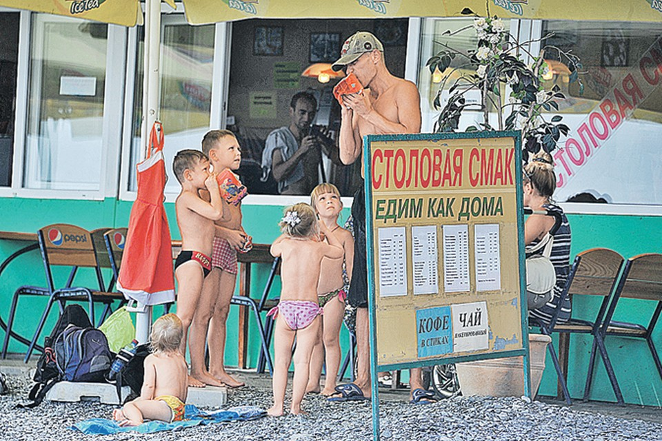 Небойтесь ехать вКрым с детьми. Мыпроверили - здесь для них раздолье. Авкрымских кафе идаже столовых все вполне съедобно.