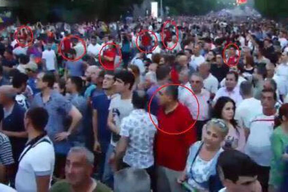 Продавцы Coca-Cola в Ереване. «Случайно» совпало, - с подобной припиской в Фейсбуке активно распространяют снимок протестующего Еревана
