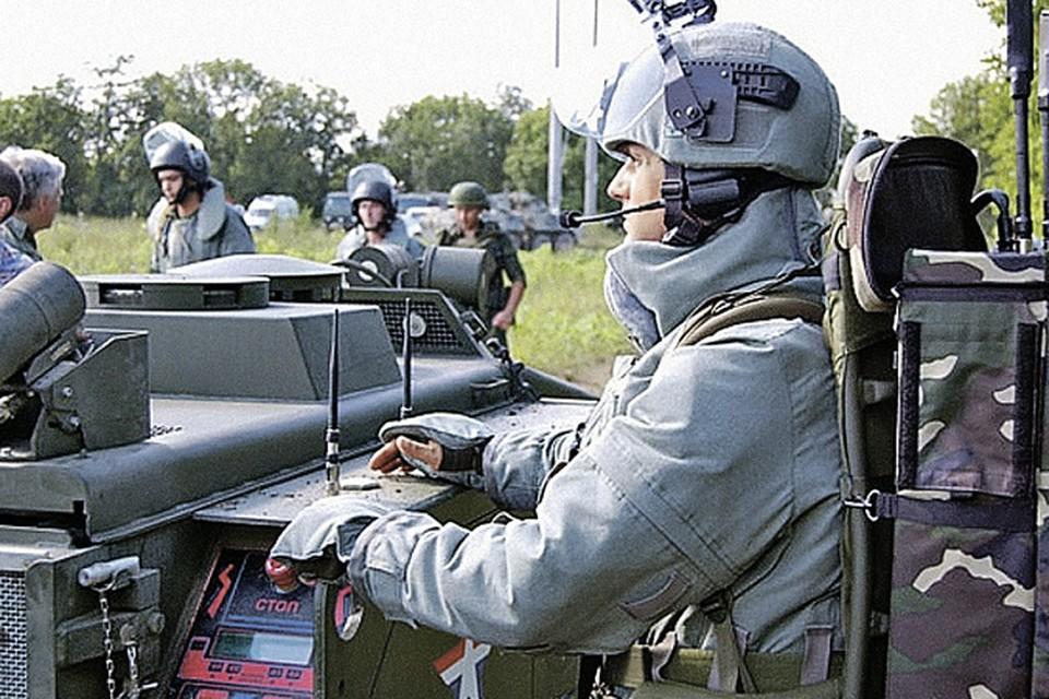 Умная техника помогает сберечь солдат. На фото: оператор робота-сапера проводит работы по разминированию сельхозземель в Чечне. Фото: mil.ru