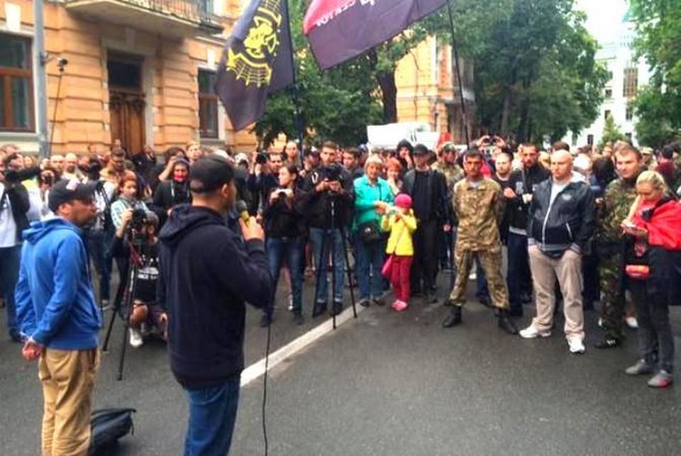 """На митинг """"Правого сектора"""" в Киеве пришли около 100 человек. Фото: @pavelsheremet/Тwitter."""