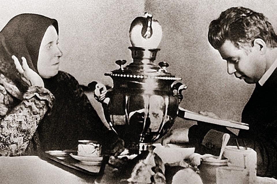 Мать Татьяна Федоровна вспоминала: «Напишет и просит: «Мама, послушай, как получилось». (На снимке - 1924 год.)