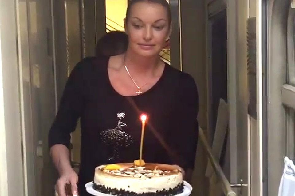 Анастасия Волочкова поздравила друга тортом с церковной свечой
