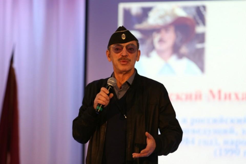 Боярский погостил у петербургских спасателей: надел пилотку, поспорил о «Зените» и провел урок актерского мастерства