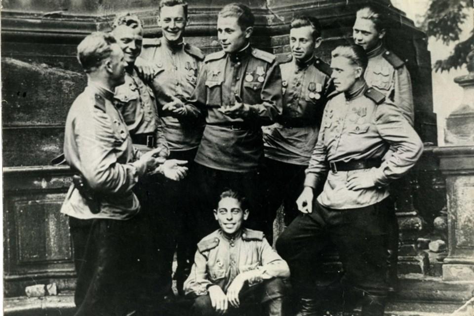 9 мая 1945 года Владимир Лицман (в центре) встретил в Праге.