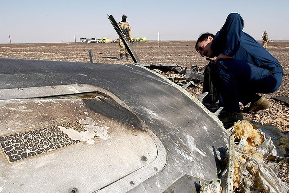 """Обломки самолета Airbus A321 авиакомпании """"Когалымавиа"""", который выполнял рейс 9268 Шарм эш-Шейх - Санкт-Петербург на месте крушения в 100 км от Эль-Ариша на севере Синайского полуострова."""