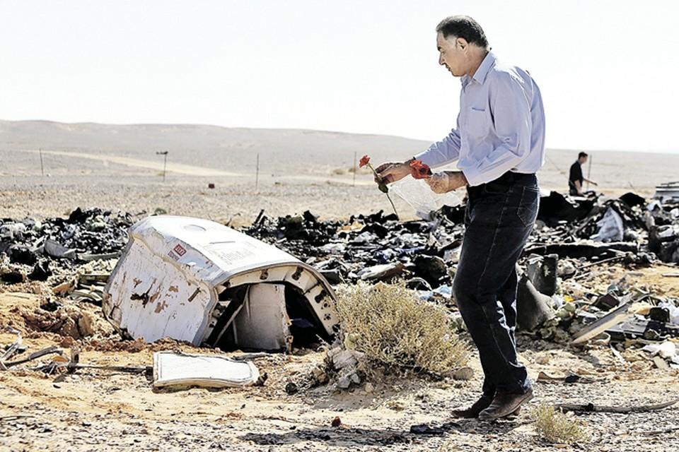 В память о погибших один из египетских специалистов положил цветок, найденный здесь, в пустыне, на обломки разбившегося «Аэробуса».