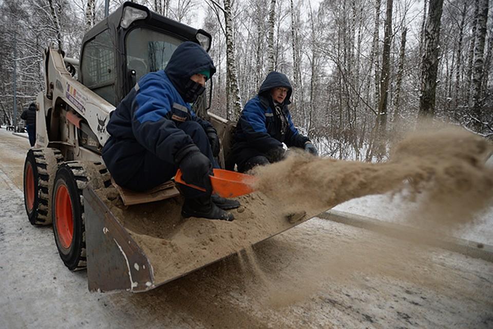 Природа взяла передышку - снег прекратился. Коммунальщики принялись за расчистку завалов
