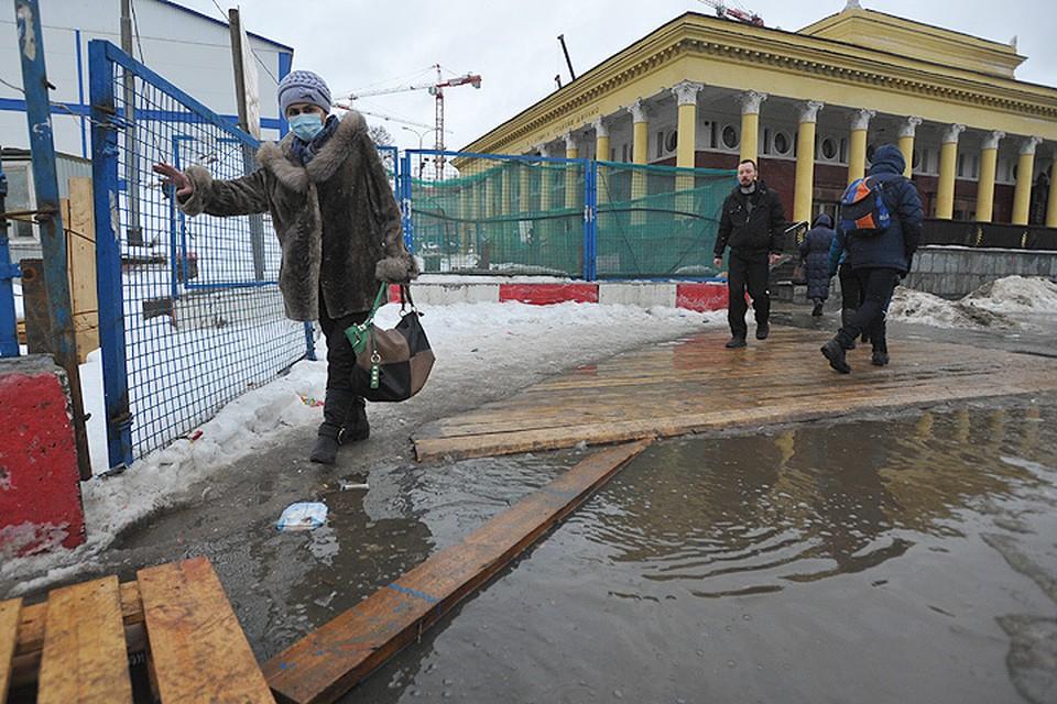 В пятницу потепление превратило передвижение по столичным улицам в аттракцион.