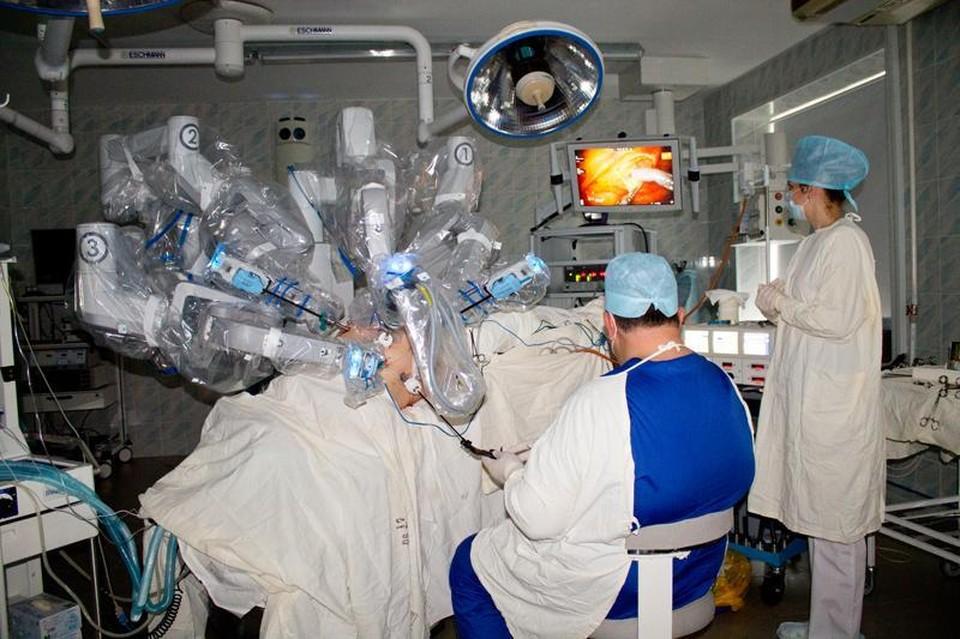 Раньше для выполнения подобной операции хирург делал широкий разрез брюшной полости, что очень осложняло восстановление больных. Фото: kkod.ru