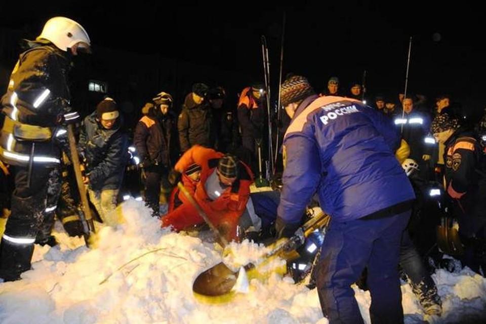 Тонны снега, сошедшего с Хибин мощной лавиной, расчищают 90 человек. Фото: www.vk.com/51mchs