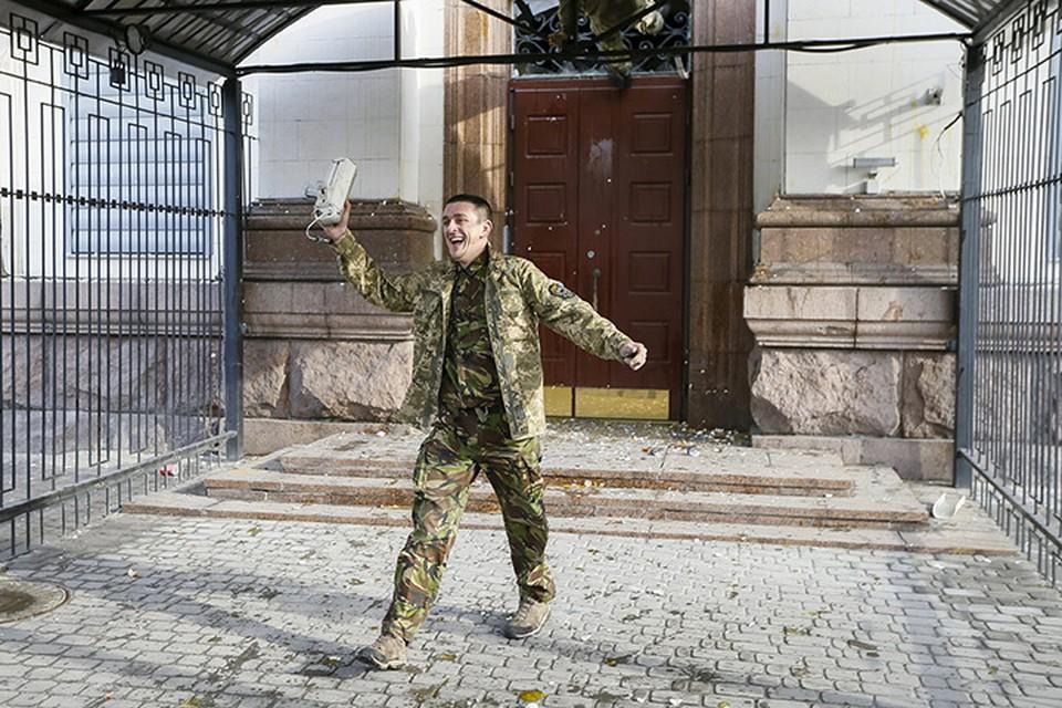 6 марта 2016 года, один из погромщиков радуется отломанной камере у здания российского посольства в Киеве.