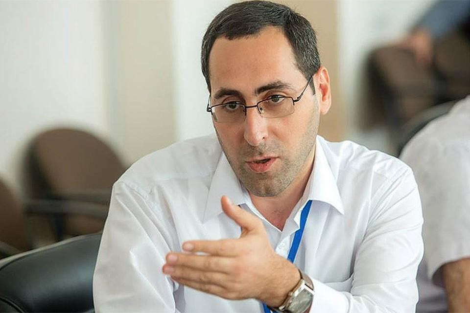 Политический обозреватель Айк Халатян.