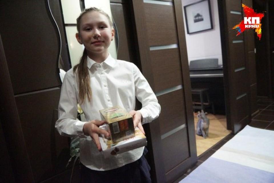 """10-летняя Руслана подняла брошенный портрет ветерана и пронесла его вместе с мамой по всему маршруту """"Бессмертного полка"""""""