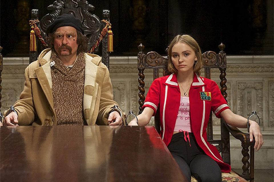 """Лили Роуз и её отец Джонни Депп в картине """"Любители йоги"""""""