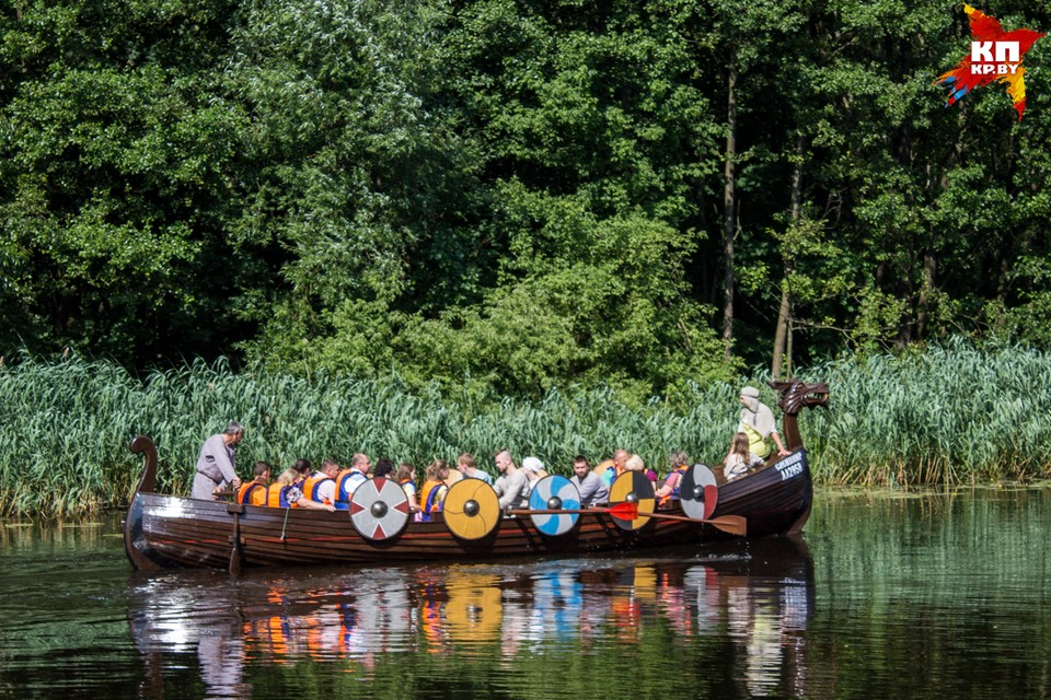 На Брестчине туристов катают на лодке викингов