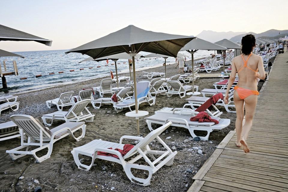 Лежаки пляжей Антальи просто ждут, когда наконец-то на них плюхнутся сотни тысяч наших туристов. Фото: Владимир ВЯТКИН/РИА Новости