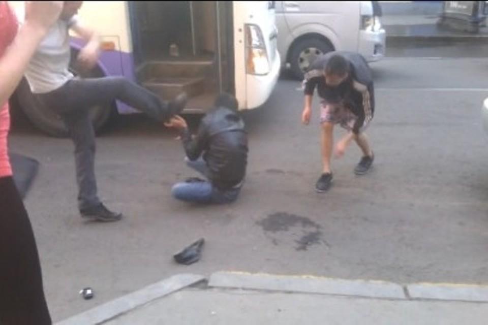 Шокирующее видео: самосуд над карманником устроили пассажиры автобуса в Иркутске Фото: соцсети