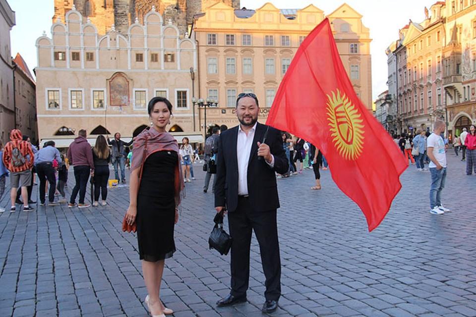 «Золотые голоса» Кыргызстана на площади в Праге. Марат и Элнура давали импровизированные концерты прямо под открытым небом.