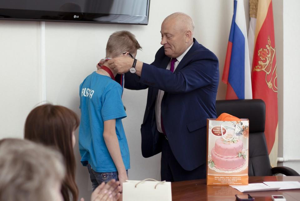 Александр Корзин наградил ребят специальными медалями. Фото: пресс-служба Тверской городской думы