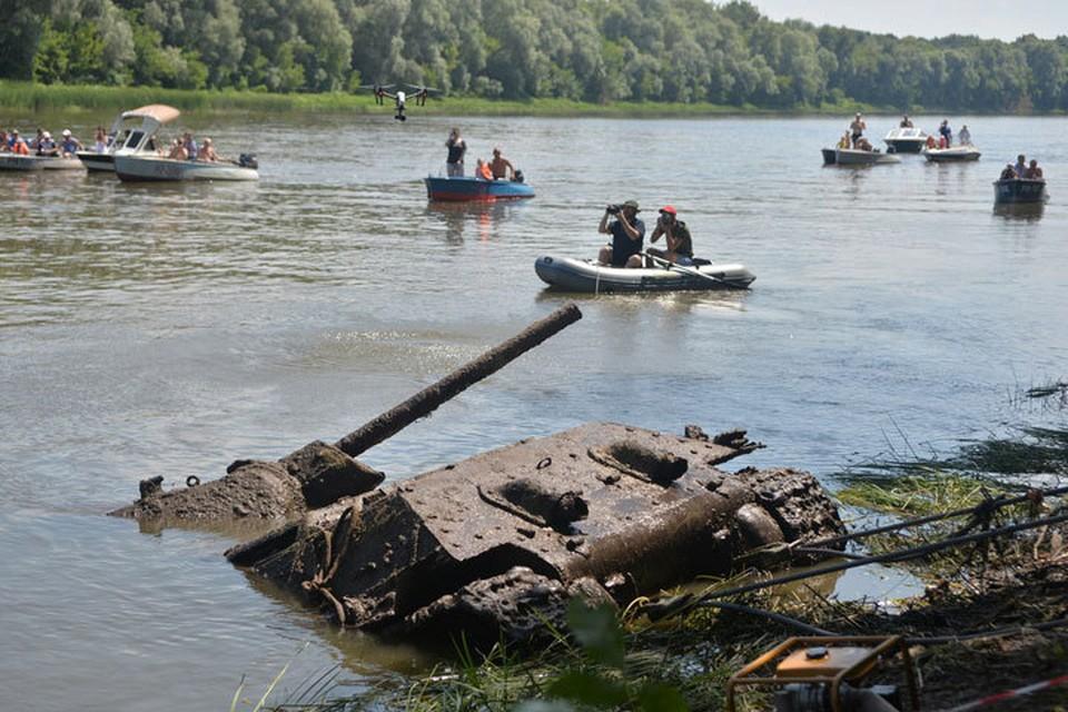 танк вытягивали из воды с помощью лебедок.