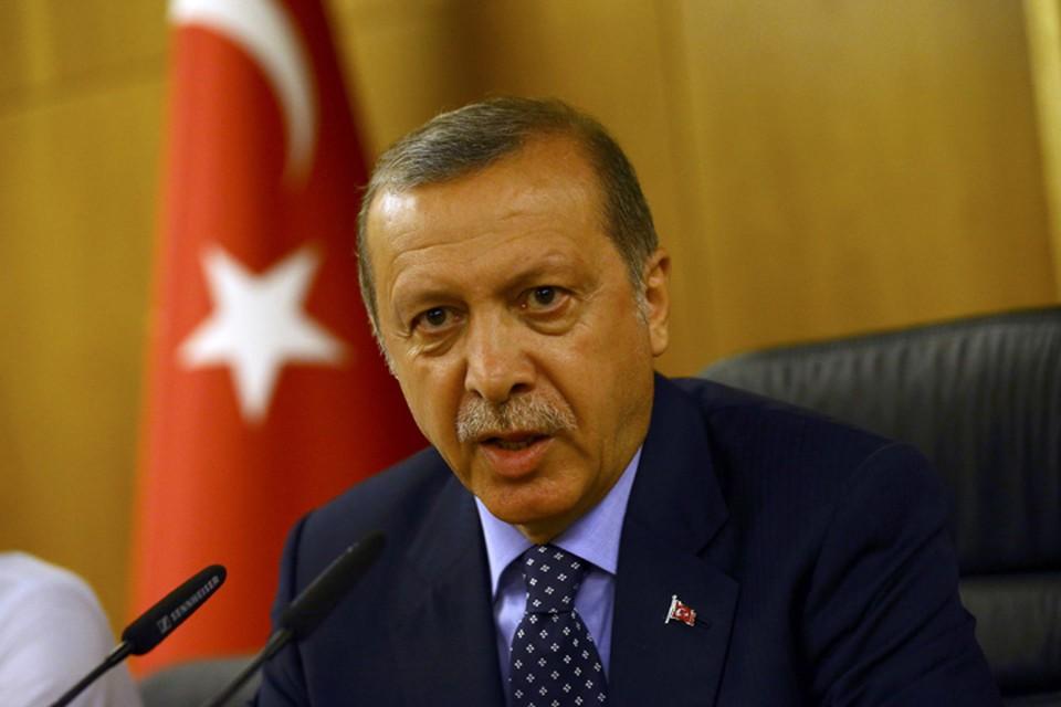 Турецкий лидер выступает в прямом эфире телевидения после приземления в аэропорту Стамбула