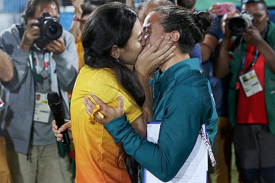 Девушка-волонтер, работающая на соревнованиях, после финала олимпийского турнира по регби прямо на поле сделала предложение Исадоре Серулло, играющей за женскую бразильскую сборную