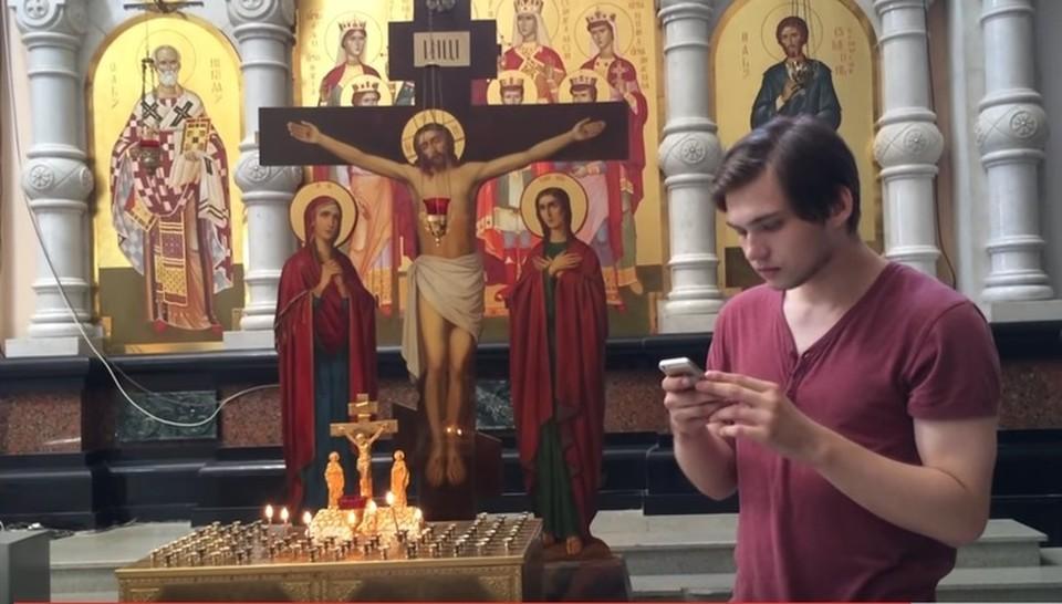 Руслан Соколовский решил половить покемонов на месте расстрела Романовых. Скриншот с видео