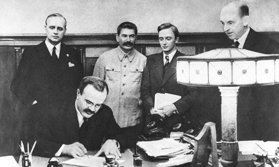 Подписание германо-советского договора о ненападении, 1939 год. Фото ИТАР-ТАСС
