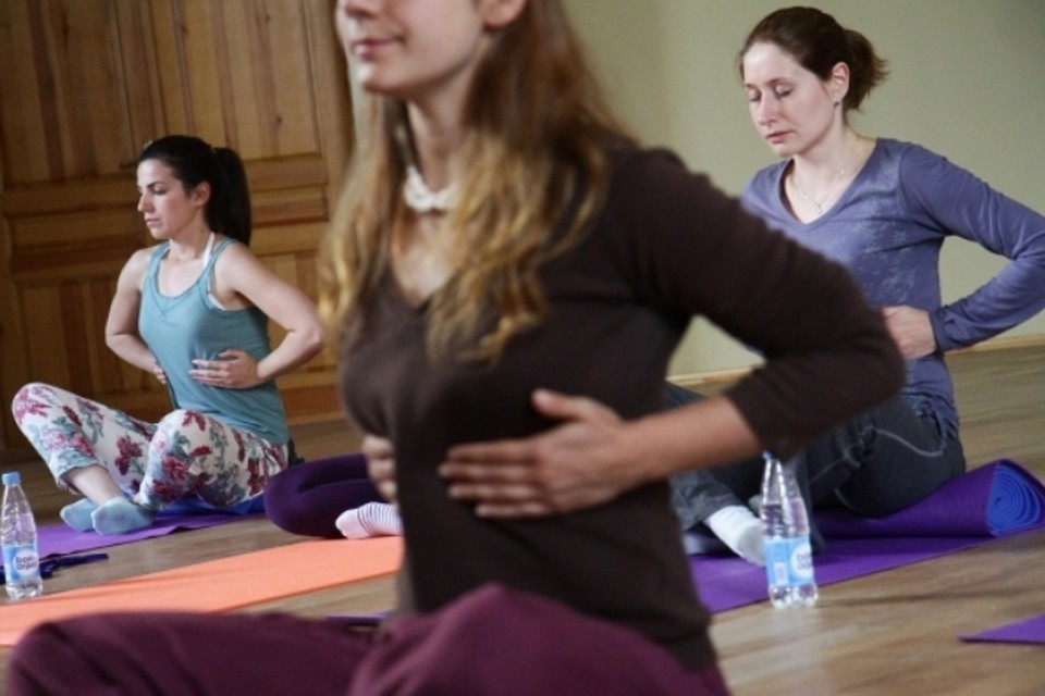 Есть и специальная йога для беременных— это комплекс достаточно щадящих упражнений