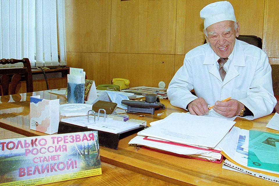 Федор Григорьевич Углов в своем кабинете в 2002 году. Фото Юрия Белинского (ИТАР-ТАСС).