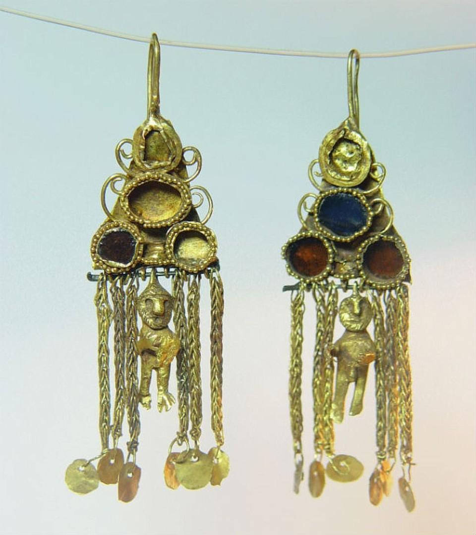 Сережки в виде мужских фигурок были найдены в могильнике Нейзац.