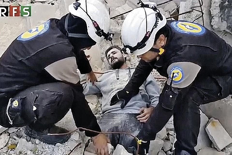 Эти кадры обошли весь мир. На них якобы запечатлен житель одного из сирийских городов, погребенный под завалами, и «спасатели», которые помогают ему выбраться.